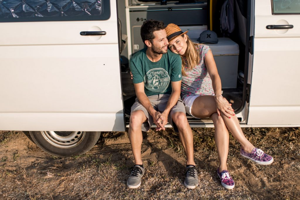 Retrato de Jose y Deborah en su camper