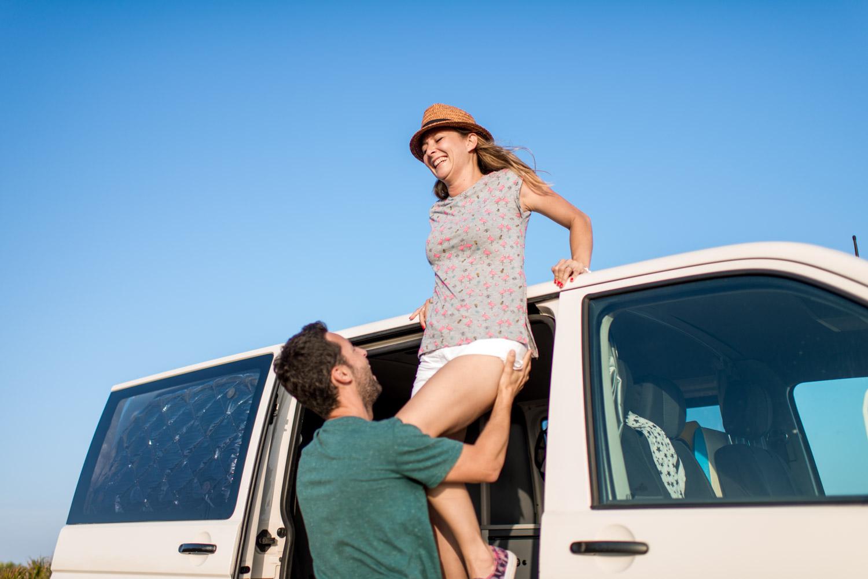 Jose ayudando a bajar del techo a Deborah