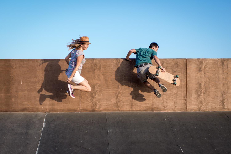 Saltando en el skate park