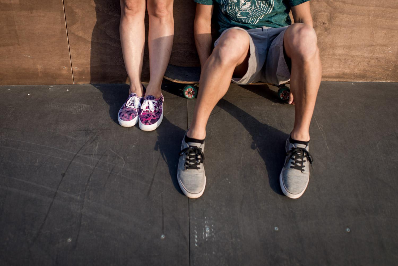 Detalle de piernas con Jose sentado en el skate