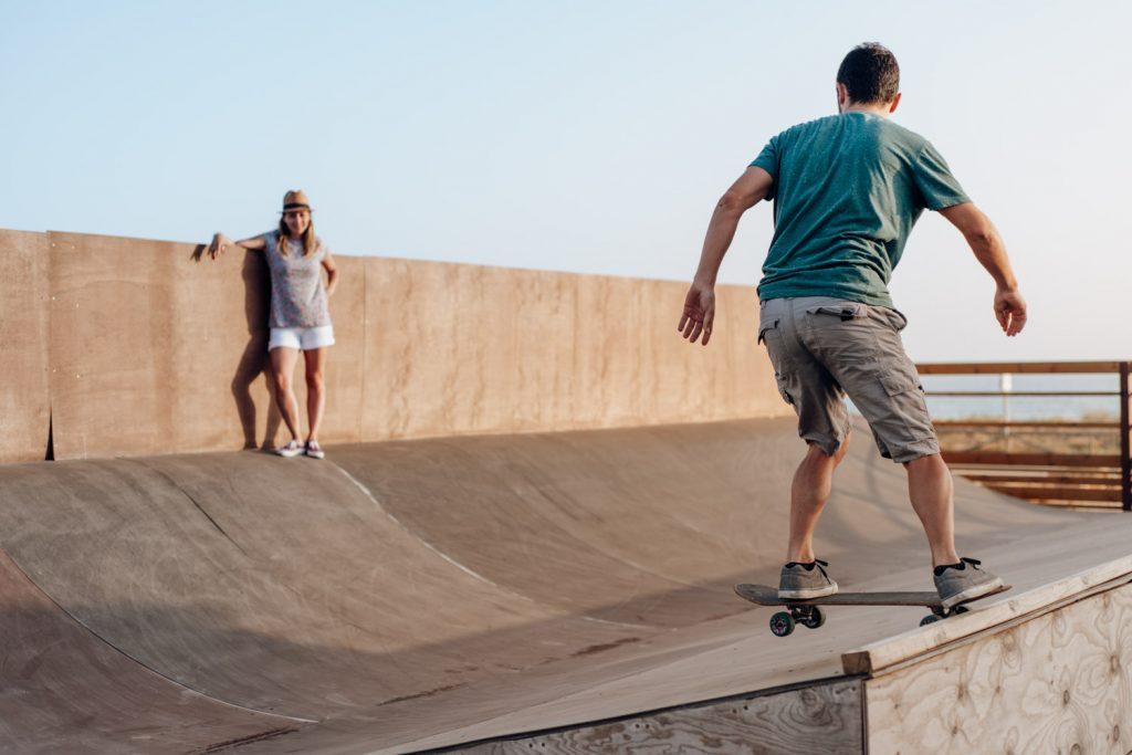 Pareja disfrutando de una tarde de skate en el Palmar