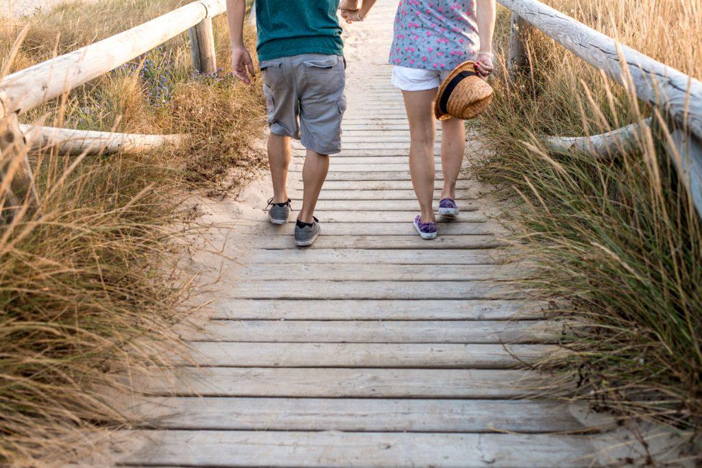Detalle de piernas camino a la playa del Palmar