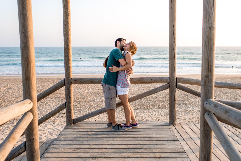Un abrazo entre enamorados a la orilla del mar