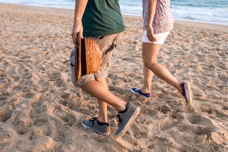 Detalle de piernas andando en la arena