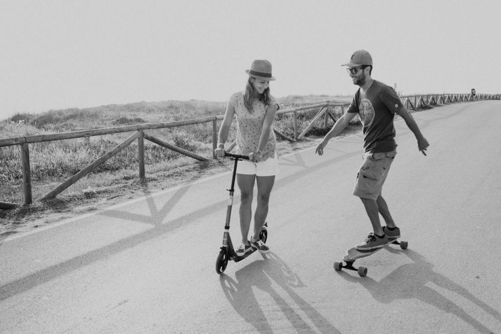 pareja disfrutando de patinar juntos en el palmar