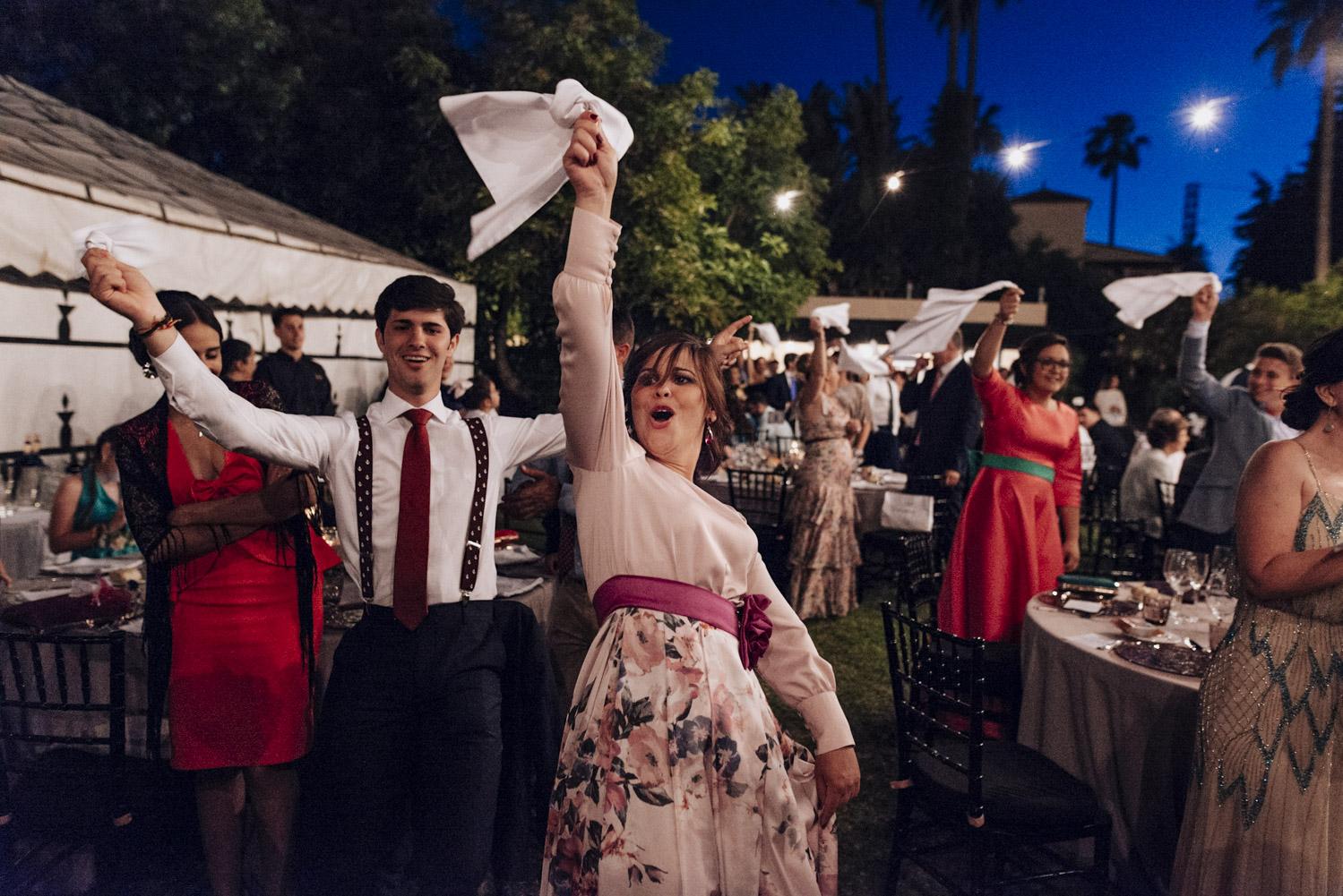 mujer gritando ala entrada de los novios